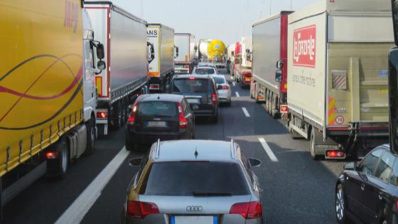 旅行シーズンの道路で渋滞している車