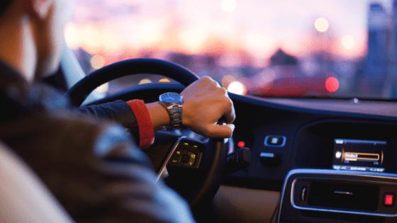 車を運転する人