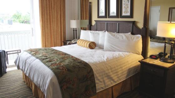 ホテルの大きなベッド