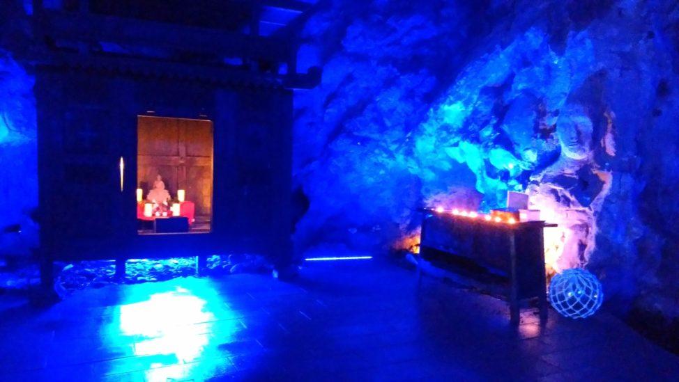 能登半島の青の洞窟内部