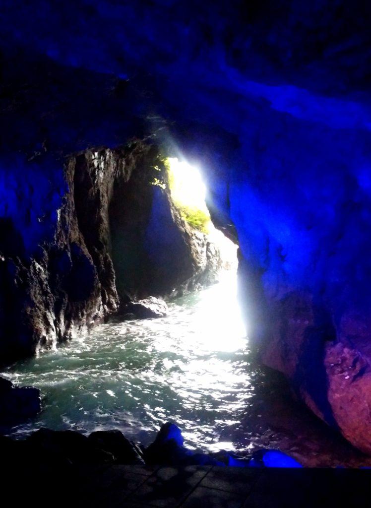 石川県能登半島の青の洞窟