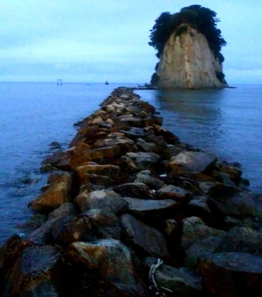 夜の不気味な見附島(軍艦島)