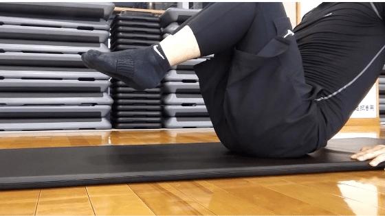下腹部を引き締める筋トレ⓵:ニートゥチェスト