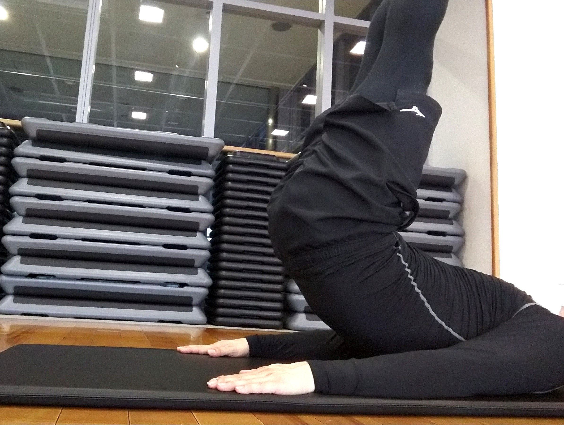 2:腹筋を意識して脚を持ち上げる
